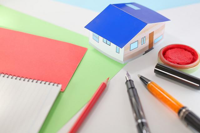 家の模型と書類と印鑑
