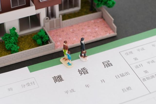 ミニチュアの家と家族と離婚届
